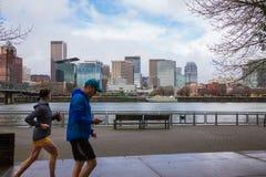 波特兰俄勒冈与赛跑者的都市风景地平线 免版税图库摄影