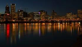 波特兰俄勒冈全景在晚上。 库存图片