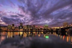 波特兰俄勒冈在日落以后的江边地平线 免版税库存图片
