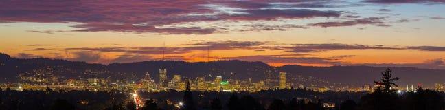 波特兰俄勒冈市地平线日落全景 免版税库存图片