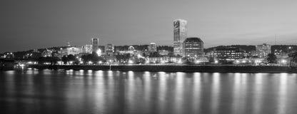 波特兰俄勒冈街市市地平线反射威拉米特河 免版税库存图片