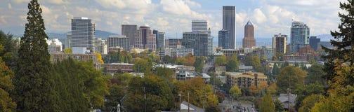 波特兰俄勒冈街市市地平线在秋天 免版税库存照片