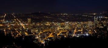 波特兰俄勒冈街市都市风景在晚上 免版税库存照片