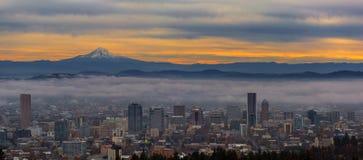 波特兰俄勒冈都市风景和胡德山日出的 免版税库存图片