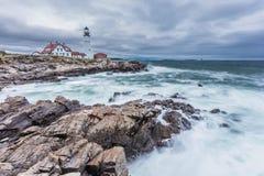 波特兰在海角伊丽莎白,风暴的缅因朝向灯塔 免版税库存图片