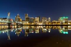 波特兰市在威拉米特河的地平线反射 图库摄影