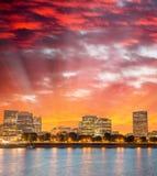 波特兰摩天大楼在与河反射的晚上,俄勒冈 免版税库存图片
