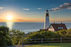 波特兰朝向光在日出在海角伊丽莎白,缅因,美国 免版税库存图片