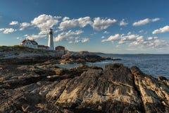 波特兰朝向光在日落在海角伊丽莎白,缅因,美国 免版税库存图片