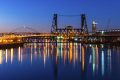 波特兰桥梁在晚上 库存图片