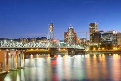 波特兰沿城市河,俄勒冈的夜地平线 免版税库存图片