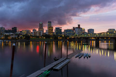 波特兰沿威拉米特河的市地平线黄昏的 免版税库存图片