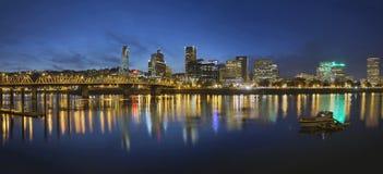 波特兰街市与霍桑桥梁在蓝色小时 免版税库存照片