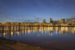 波特兰街市与霍桑桥梁在黄昏 免版税库存图片