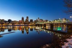 波特兰街市地平线冬天夜场面 免版税库存图片