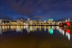 波特兰街市地平线和桥梁在微明 免版税库存照片
