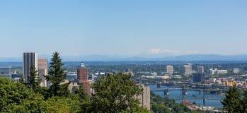 波特兰街市都市风景和桥梁在一清楚的蓝色天在俄勒冈 库存照片