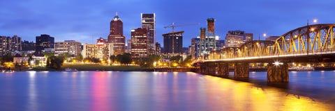 波特兰,俄勒冈地平线在晚上 免版税库存图片