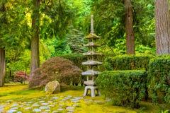 波特兰,俄勒冈- 2017年5月27日:有一个石塔灯笼的日本庭院 库存图片