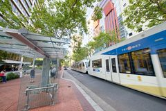 波特兰,俄勒冈- 2017年8月21日:电车沿城市st加速 免版税图库摄影