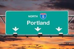 波特兰5与日落天空的高速公路标志 库存图片