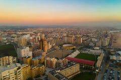 波瓦-迪瓦尔津,黄昏的葡萄牙空中都市风景与青橙色梯度天空 库存照片