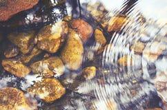 波纹和反射在一条pebbled小河 免版税图库摄影