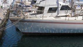 波纹和波浪的反射在船上游艇船 影视素材