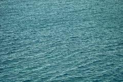 水波纹在一多云天 背景 免版税库存照片