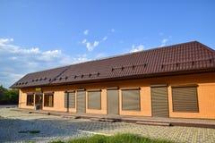 波纹状的板料屋顶在大厦的 免版税库存图片