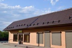 波纹状的板料屋顶在大厦的 免版税库存照片