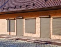 波纹状的板料屋顶在大厦的 库存照片