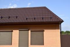 波纹状的板料屋顶在大厦的 库存图片