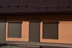 波纹状的板料屋顶在大厦的 免版税图库摄影