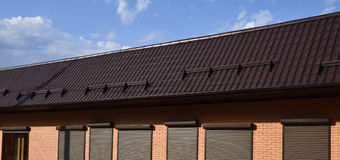 波纹状的板料屋顶在大厦的 图库摄影