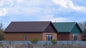波纹状的板料屋顶在房子的 库存图片