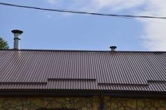 波纹状的板料屋顶  免版税库存图片