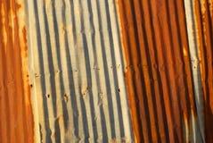 波纹状的金属生锈了房屋板壁 库存照片