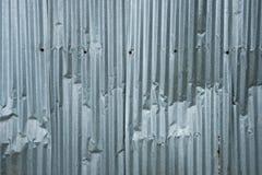 波纹状的金属背景-银色波状钢板料墙壁 库存照片