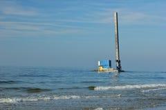 波罗的斯克,俄罗斯- 2019年1月23日:在费用附近搁浅的驳船 免版税库存照片