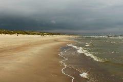 波罗的海和藏青色天空波浪  免版税库存照片