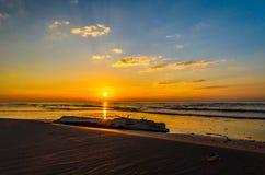 波罗的海在里加附近的日落海岸线 免版税库存图片
