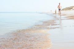 波罗的海岸、父亲和儿子 库存照片