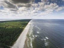 波罗的海岸和森林鸟瞰图在Krynica Morska附近我 库存图片