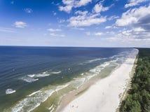 波罗的海岸和森林鸟瞰图在Krynica Morska附近我 免版税库存图片