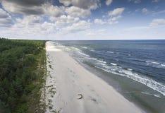 波罗的海岸和森林鸟瞰图在Krynica Morska附近我 图库摄影