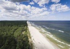 波罗的海岸和森林鸟瞰图在Krynica Morska附近我 库存照片