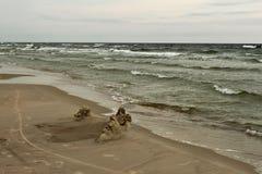 波罗的海波浪和与黄沙的一个海滩 免版税库存照片