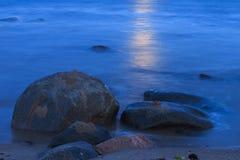 波罗的海海岸与石头满月夜 库存照片