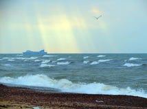波罗的海海岸和船在大风天,立陶宛 库存照片